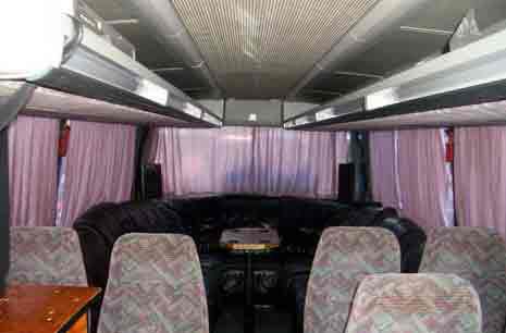 Lounge im Hundertwasser-Bus