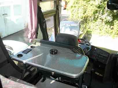 Tisch vorne im Hundertwasser-Bus