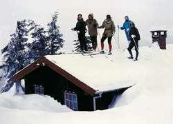 Skifahrer auf Hüttendach